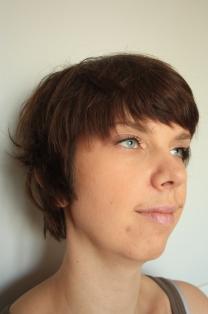 Naisten lyhyt hiustenleikkaus