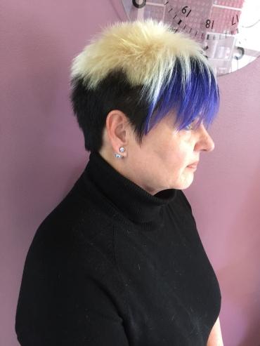 Moniväri värjäys sekä hiustenleikkaus